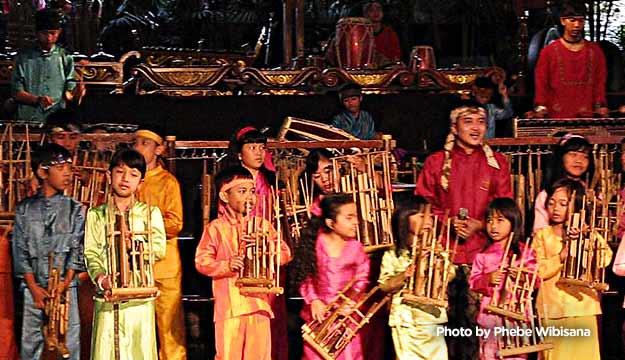 Bandung, Angklung Performance