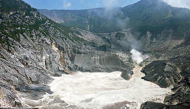 覆舟火山、白色火山湖与尖特