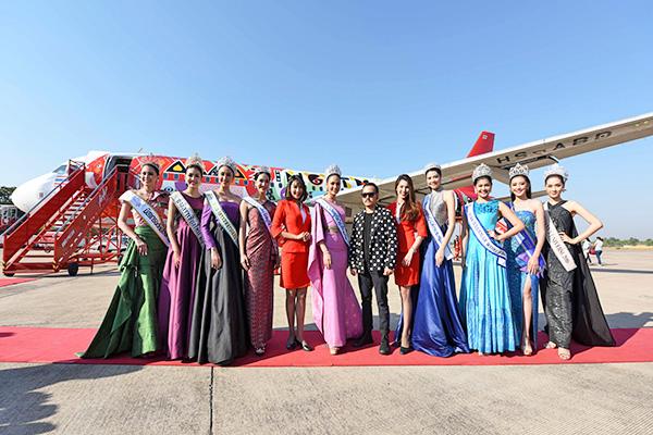 """""""น้ำตาล"""" ชลิตา ส่วนเสน่ห์ Miss Universe Thailand 2016 และนายนราธิป ภาสภิรมย์ เจ้าของผลงานลายเครื่องบิน """"Thai Culture ... อยากชวนเธอไปเที่ยวไง"""" พร้อมคณะนางงามระดับประเทศหลากหลายเวที ร่วมเปิดตัวลายเครื่องบินใหม่ ณ ท่าอากาศยานขอนแก่น"""