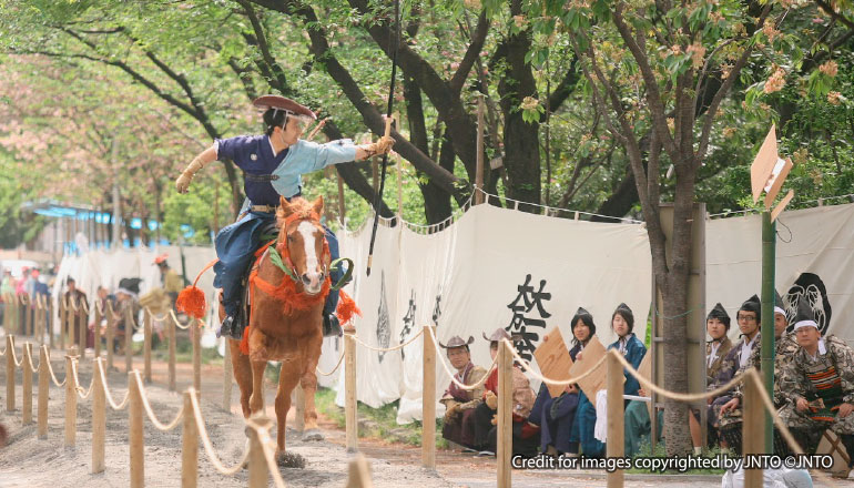 ยะบุซะเมะ งานแสดงขี่ม้ายิงธนู Yabusame (เส้นทางโตเกียว)